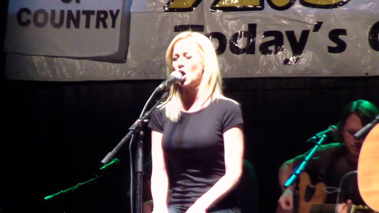 """Kellie Pickler sings """"Best days of your life"""" at WBEE's ..."""