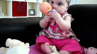 Maylie joue à la poupée