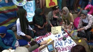 شاهد.. احتجاجات بملابس البحر أمام السفارة الفرنسية في لندن