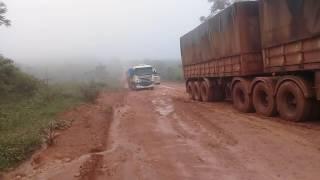 Serra molhada caminhões com dificuldades pra subir