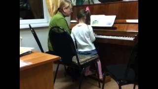 Лиза 4 года, первые уроки игры на фортепиано