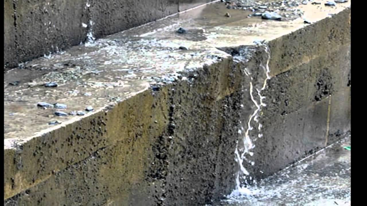 Nước chảy như suối qua vết nứt đập thủy điện Sông Tranh