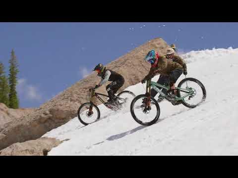 sportourism.id - Aksi-Ekstrim-Cam-McCaul-dan-Casey-Bown-di-Gunung