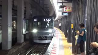 植物のような柱が立ち並ぶ上野駅に到着する日比谷線13000系の上下線