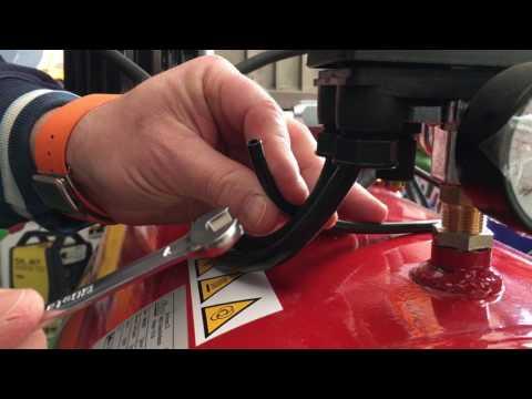 Manutenzione compressore su tubo di controllo aria serbatoio-pressostato Atecnica