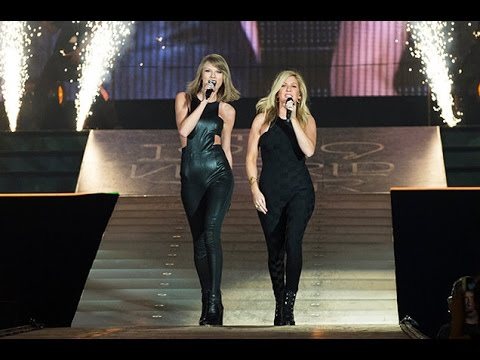 Taylor Swift & Ellie Goulding singing/cantando \'\'Love me like you do\'\' in the/en el 1989 World Tour
