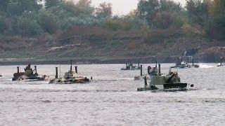 Infantería de Marina rusa cruza un río en blindados y ataca al 'enemigo'