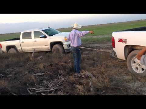 Sierra GMC 2014 en el lodo y Cheyenne