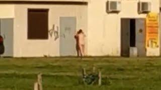 По улице в Горбунках бродит голая пьяная женщина