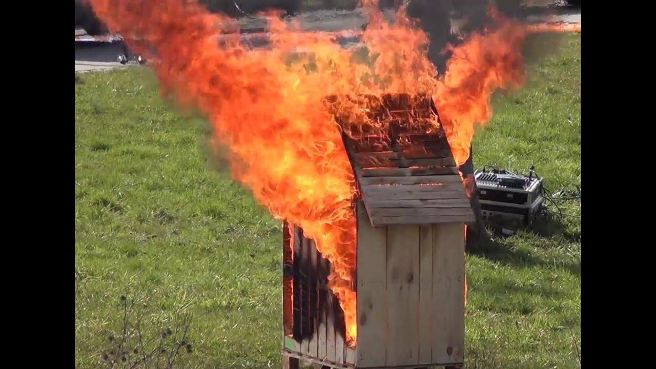 feuer brennt holzhaus auf grundst ck einsatz f r die feuerwehr gerlingen youtube. Black Bedroom Furniture Sets. Home Design Ideas