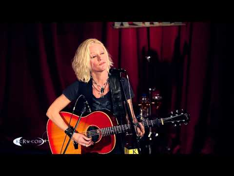 "Shelby Lynne performing ""I'll Hold Your Head"" Live at KCRW's Apogee Sessions"