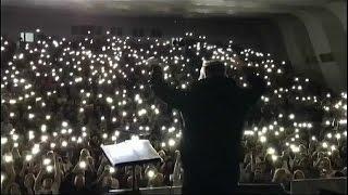 Парень сделал предложение своей девушке со сцены на концерте Басты