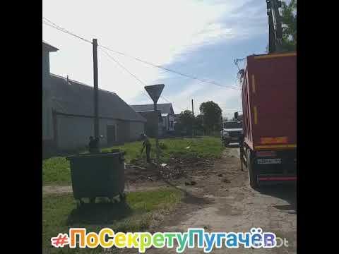угол  Рев.Проспек  и Мечетной город Пугачев   уберают  мусор.