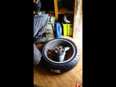 monter ou changer ses pneus moto soi m me chez soi youtube. Black Bedroom Furniture Sets. Home Design Ideas