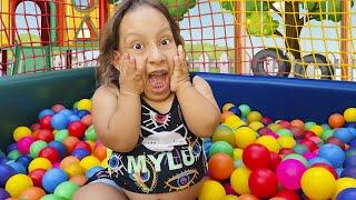 Maria Clara e Histórias para Crianças no Parquinho e Piscina   Funny Stories for kids - MC Divertida