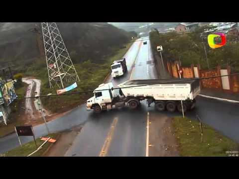 VIDEO ~ Momento de batida entre caminhão e carreta MG 10/10/2013 HD