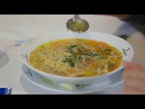 Как правильно есть суп ложкой