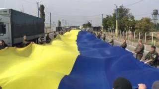 Блокада Крыма: активисты растянули перед российским КПП огромный украинский флаг