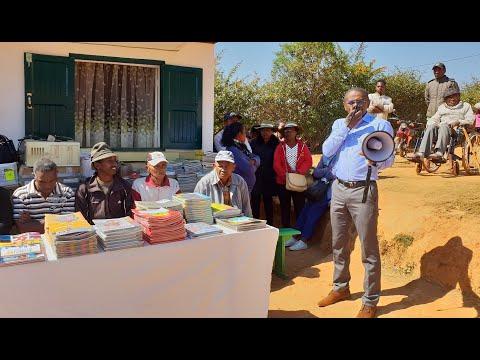 Don de manuels scolaires par Emeric RAKOTOVAO au CEG Ambalamahasoa, Ambositra (Juillet 2019)