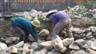 Người dân trong xóm giúp nhau làm đường đi lại - Em Nhung Vlogs