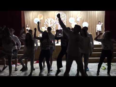 Лицей. Выпускники танцуют флешмоб Новогодний.11 класс