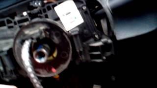 Ремонт водительской подушки безопасности на Рено Логан(У многих владельцев Рено Логан происходит такая неприятность как обрыв спирального кабеля который идёт..., 2013-11-04T14:50:00.000Z)