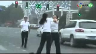 AJU TV 中 여성교통경찰들, 주먹질에 머리끄덩이 잡고 싸워 (130718 Issue)