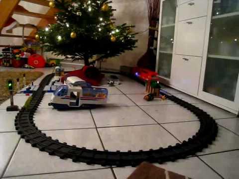 Eisenbahn fahrt um weihnachtsbaum