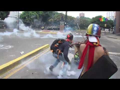 Violinista interpreta el Himno de Venezuela en medio de la represión