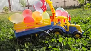 Лёва стреляет из рогатки водяными шариками, которые привез Трактор