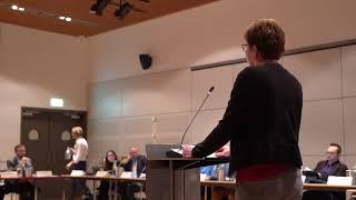 Anja Kroeze spreekt in bij Raadsvergadering in Alblasserdam.