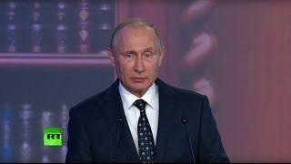Владимир Путин награждает лауреатов премии РГО
