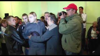 В Одессе кандидата в депутаты попытались засунуть в мусорный бак