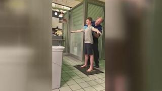 Motiną šokiravo oro uosto patikros pareigūnų elgesys su jos vaiku