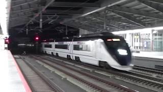 闇夜を切り裂く160knhの蒼き矢… 成田湯川駅を高速通過するスカイライナー