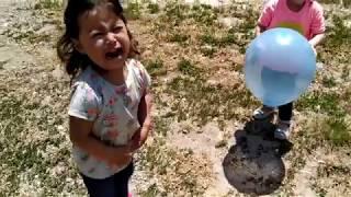 Ayşe Ebrar ve Asel Balon Patlatma Yarışı Yaptı. Balonları Patladığı İçin Ebrar Çok Ağladı!