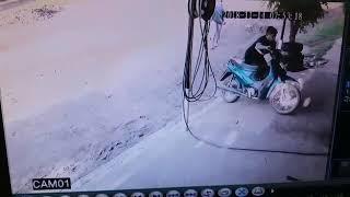 Mi compañero chocando una moto Jaja xD
