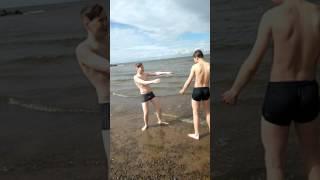 Мальчики купаются в 14 градусов