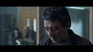 Фильм Иностранец 2017. Нгок Мин Кван (Джеки Чан) даёт взятку.