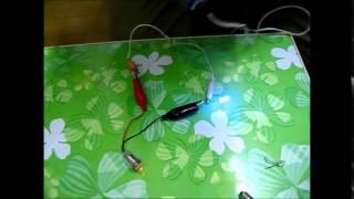 LEDと豆電球を直列につなぐ実験です。豆電球が点灯するときはLED...