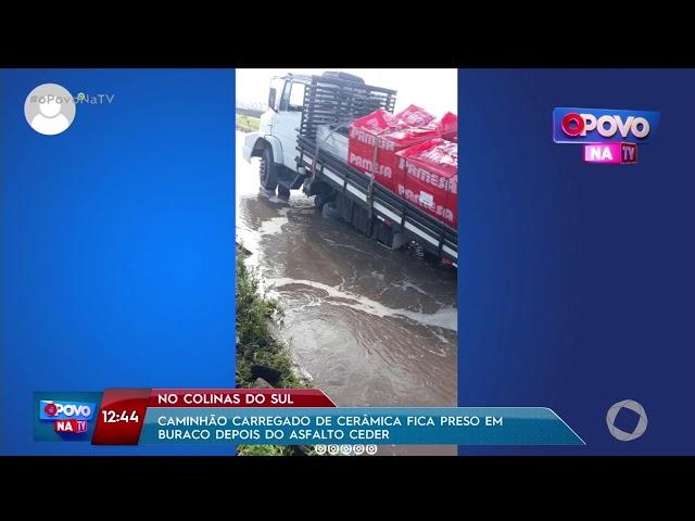 Caminhão carregado de cerâmica fica preso em buraco depois de asfalto ceder  - O povo na TV