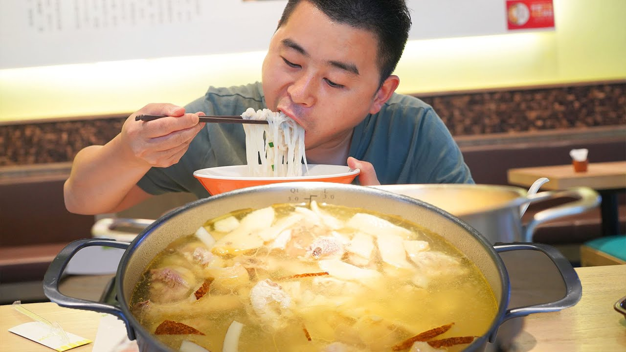 【超小厨】224元三亚美食,海南粉+椰子鸡,四川人嗦粉必加辣椒,吃到汤也不剩,安逸!