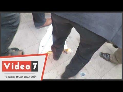 محامون يحرقون علم إسرائيل ويدهسونه بأقدامهم على سلالم النقابة  - 16:22-2017 / 12 / 10