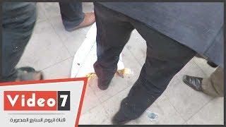 محامون يحرقون علم إسرائيل ويدهسونه بأقدامهم على سلالم النقابة
