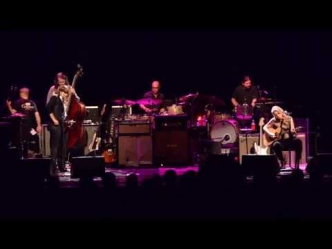 """Tedeschi Trucks Band - """"Don't Think Twice, It's All Right"""" (with Amy Ray)"""