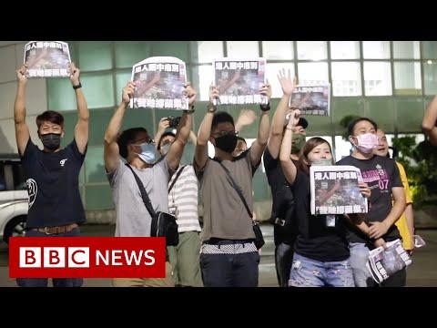 Hong Kong bids emotional farewell to pro-democracy paper - BBC News
