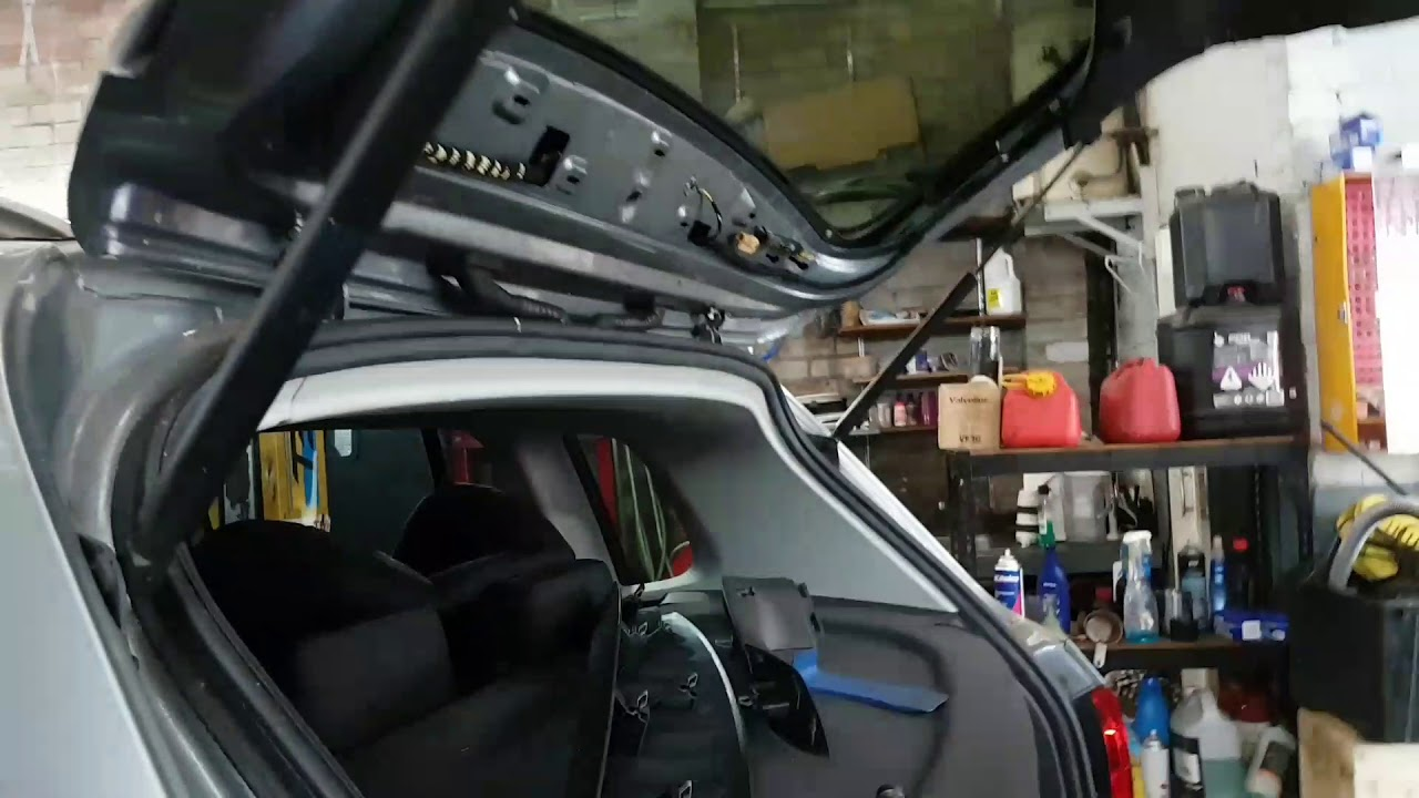 Volkswagen Tiguan Rear Tailgate Trim Plastic Trim Removing