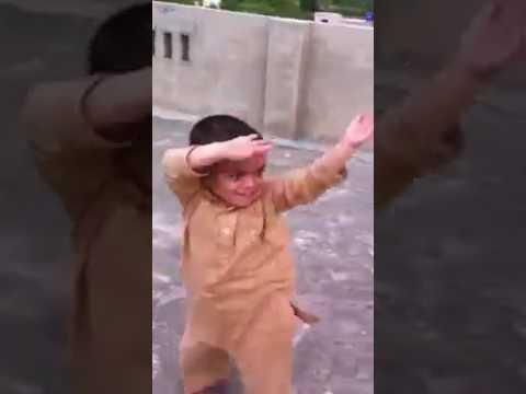 Küçük çoçuğun dansı