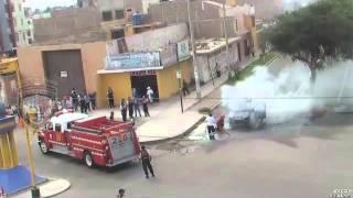 SERENAZGO VICTOR LARCO APOYO A BOMBEROS APAGAR INCENDIO DE MINIVAN OCURRIDO EN EL DISTRITO