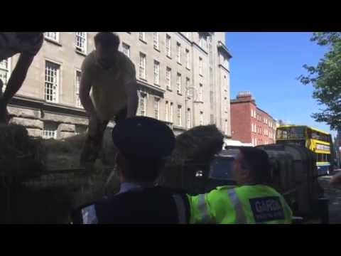 Farmers make hay barricade at Dept of Agriculture protest